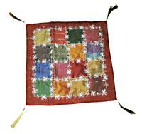 Cuscino in silk saree con ricami bianchi