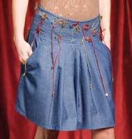 Gonna in jeans corta con applicazioni in yuta. Taglia: S; M; L.