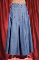 Gonna jeans lunga con applicazioni in yuta. Taglia: S; M; L.